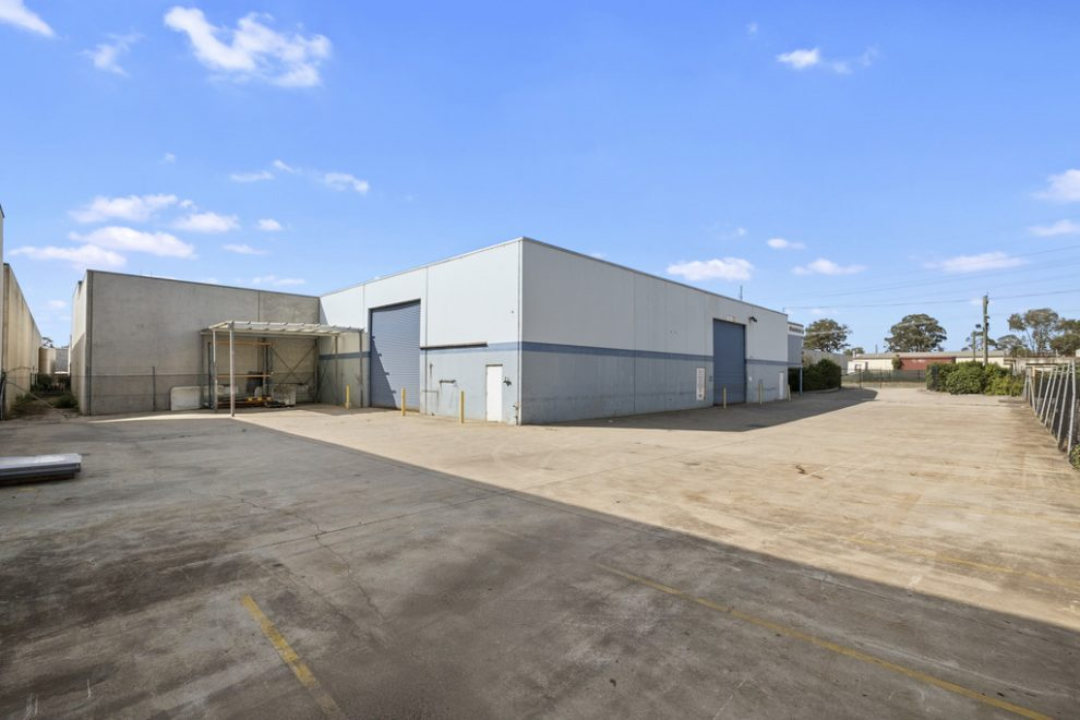 Warehouse with Offices in South Windsor Industrial Estate